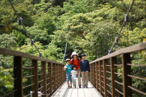 滝へ向かう道のつり橋